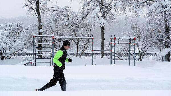Мужчина во время зимней пробежки