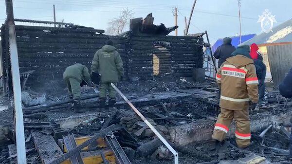 Сотрудники МЧС на месте пожара в доме престарелых в Абзелиловском районе Башкирии