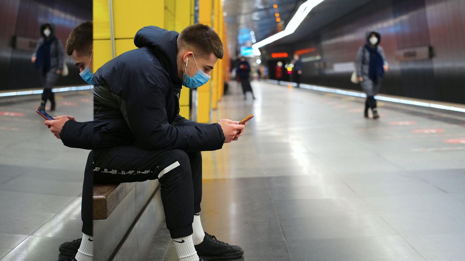 Молодой человек в защитной маске на платформе Московского метрополитена - РИА Новости, 1920, 11.10.2021