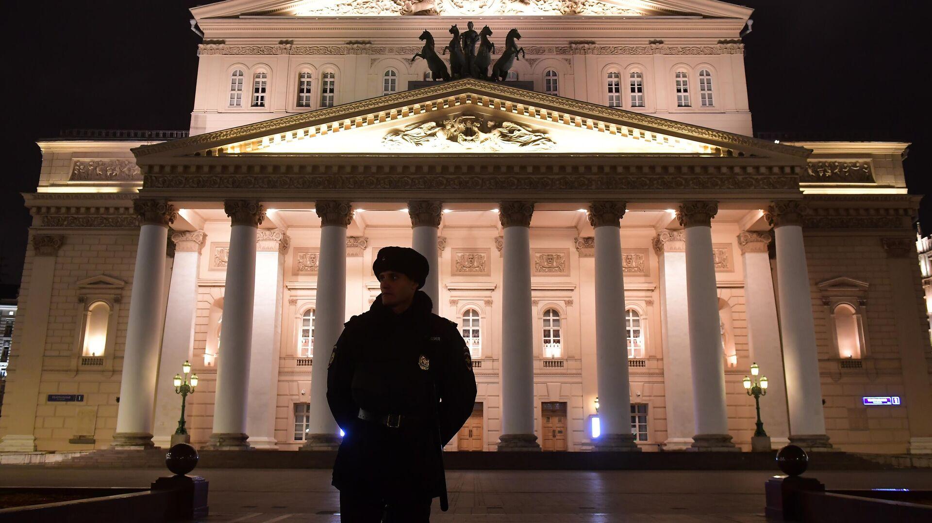 Сотрудник полиции у здания Большого театра в Москве - РИА Новости, 1920, 09.10.2021