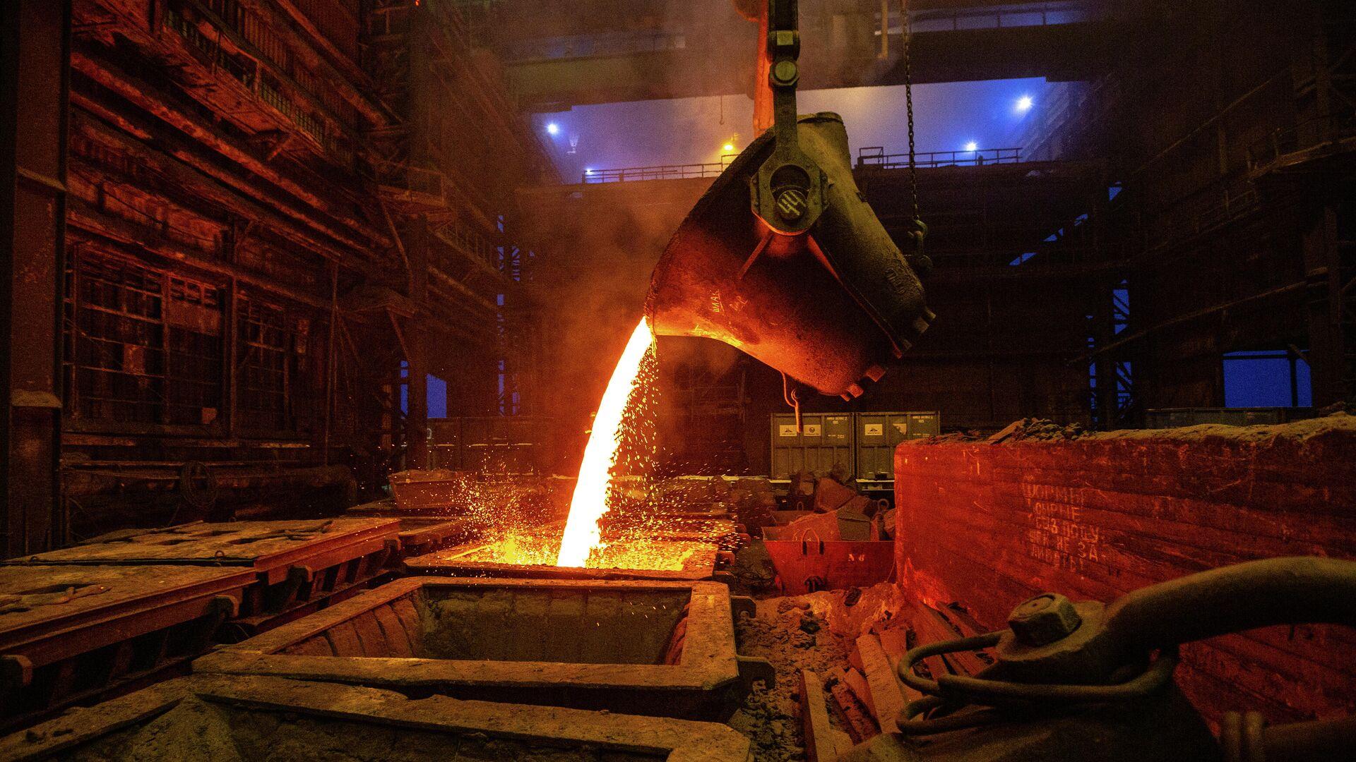 Розлив файнштейна в плавильном цехе завода Норильский никель в  Никеле - РИА Новости, 1920, 20.02.2021
