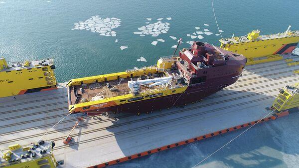 Первое многофункциональное судно снабжения усиленного ледового класса Катерина Великая перед спуском на воду