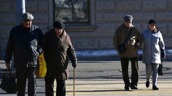 Прохожие на пешеходном переходе в Москве