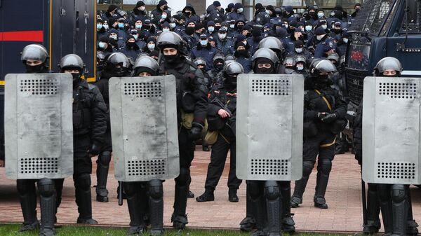 Сотрудники правоохранительных органов у входа в здание парламента Молдавии во время акции протеста фермеров в Кишиневе