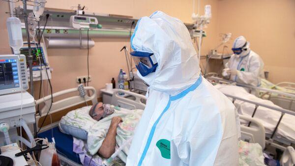 Медицинские работник в отделении реанимации и интенсивной терапии в госпитале для лечения больных COVID-19 в Тверской областной больнице