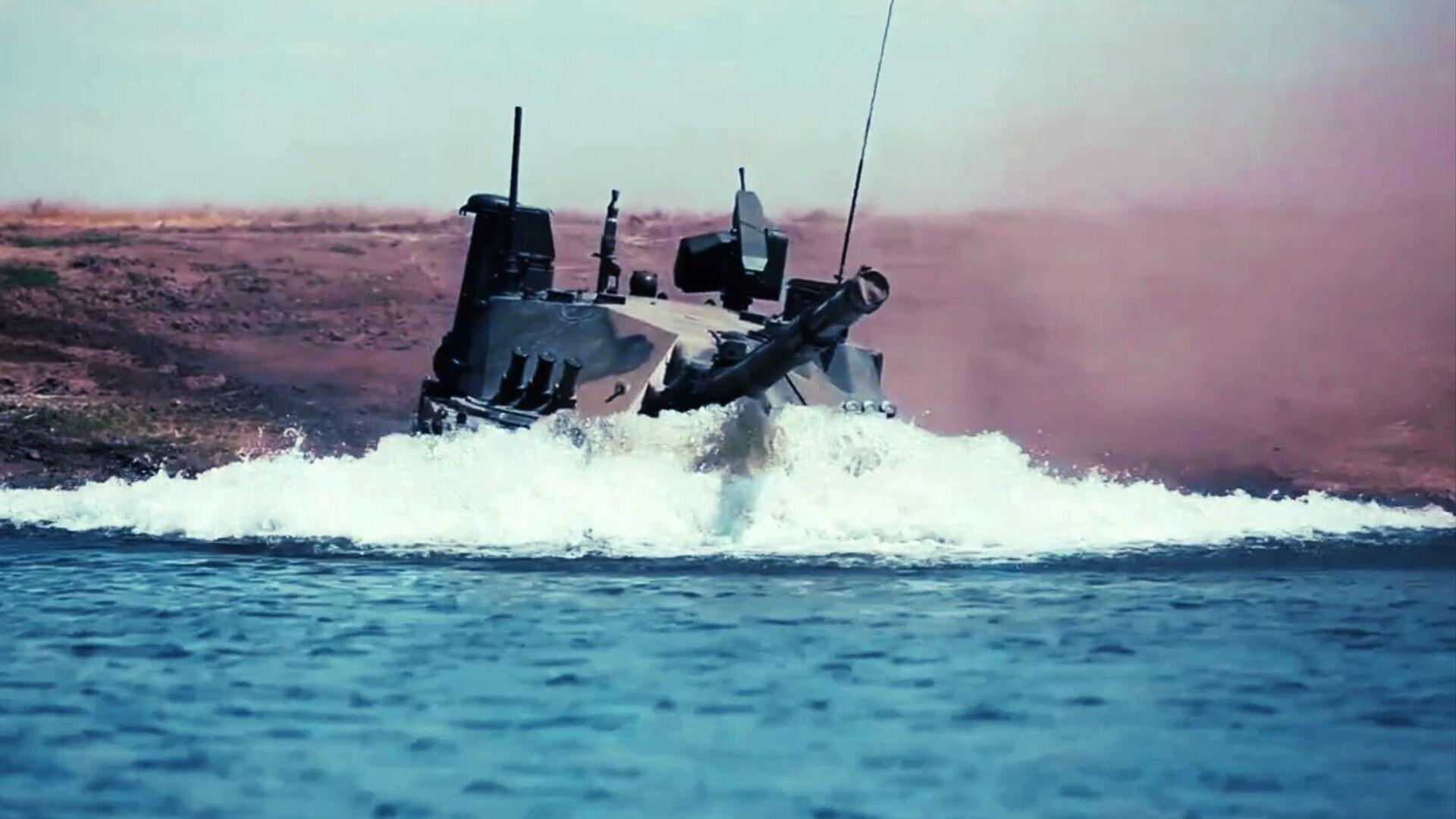 Единственный в мире легкий плавающий танк Спрут-СДМ1 во время испытаний в акватории Черного моря. Кадр видео - РИА Новости, 1920, 16.07.2021