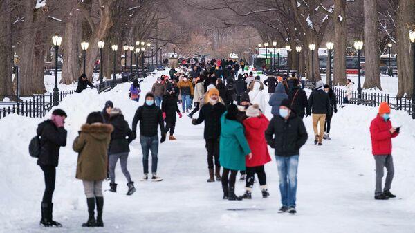 Люди гуляют в Центральном парке Нью-Йорка после снегопада