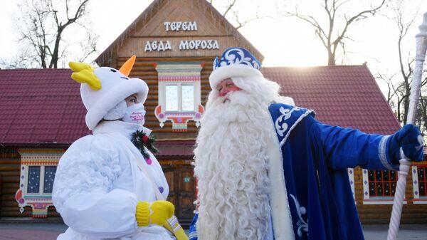 Дед Мороз и аниматор-снеговик около терема во время открытия Тропы сказок в усадьбе Деда Мороза в Москве