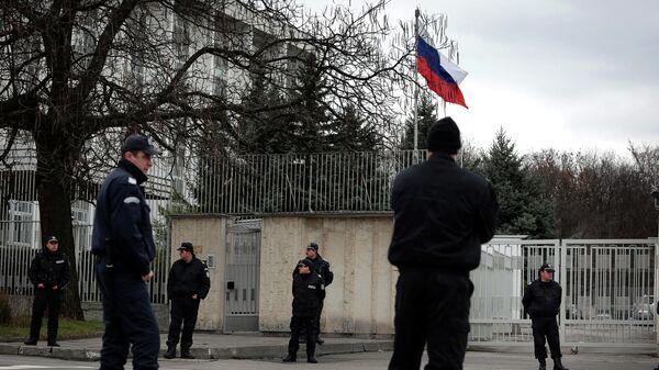 Болгарские полицейские у здания посольства РФ в Софии