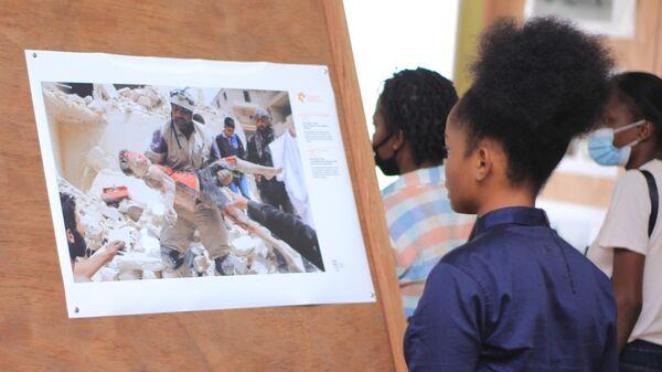 Посетители на выставке победителей Международного конкурса фотожурналистики имени Андрея Стенина в Киншасе
