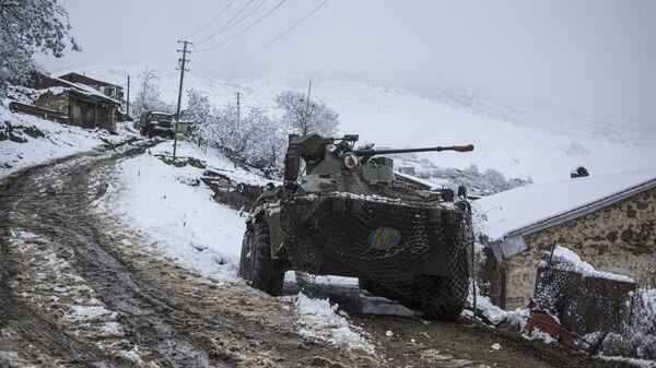 Бронетранспортер российских миротворцев в селе Хин Шен в Нагорном Карабахе