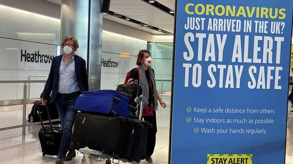 Пассажиры в аэропорту Хитроу в Лондоне