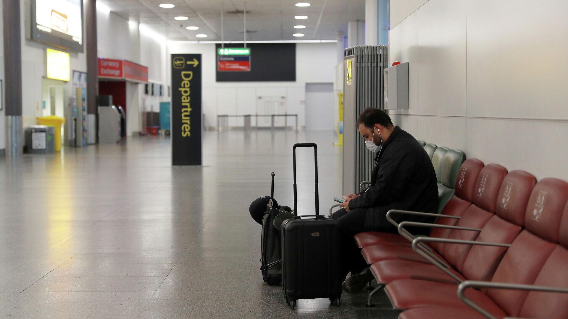 Пассажир в аэропорту Гатвик, Лондон - РИА Новости, 1920, 21.12.2020