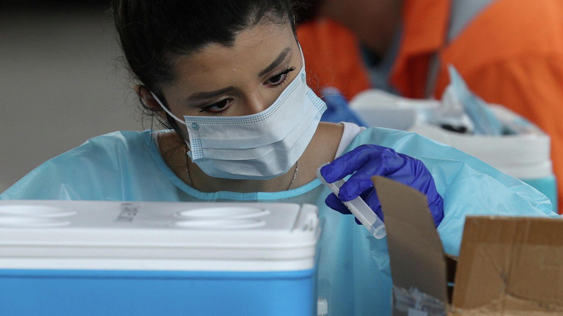 Медицинский работник с тестами на коронавирус (COVID-19) в Сиднее, Австралия - РИА Новости, 1920, 06.01.2021