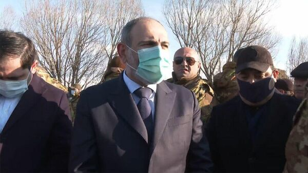 Никол Пашинян во время визита в село Сарнакунк Сюникской области Армении. Кадр видео