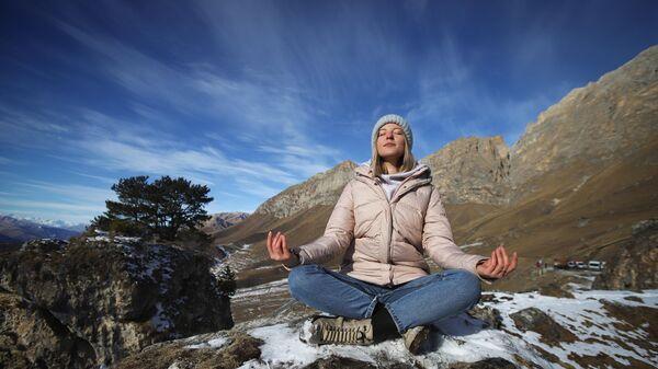 Девушка медитирует на на территории Цей-Лоамского перевала