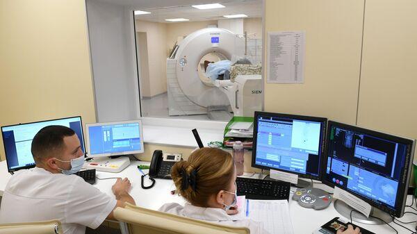Медицинские работники в Центре амбулаторной онкологической помощи