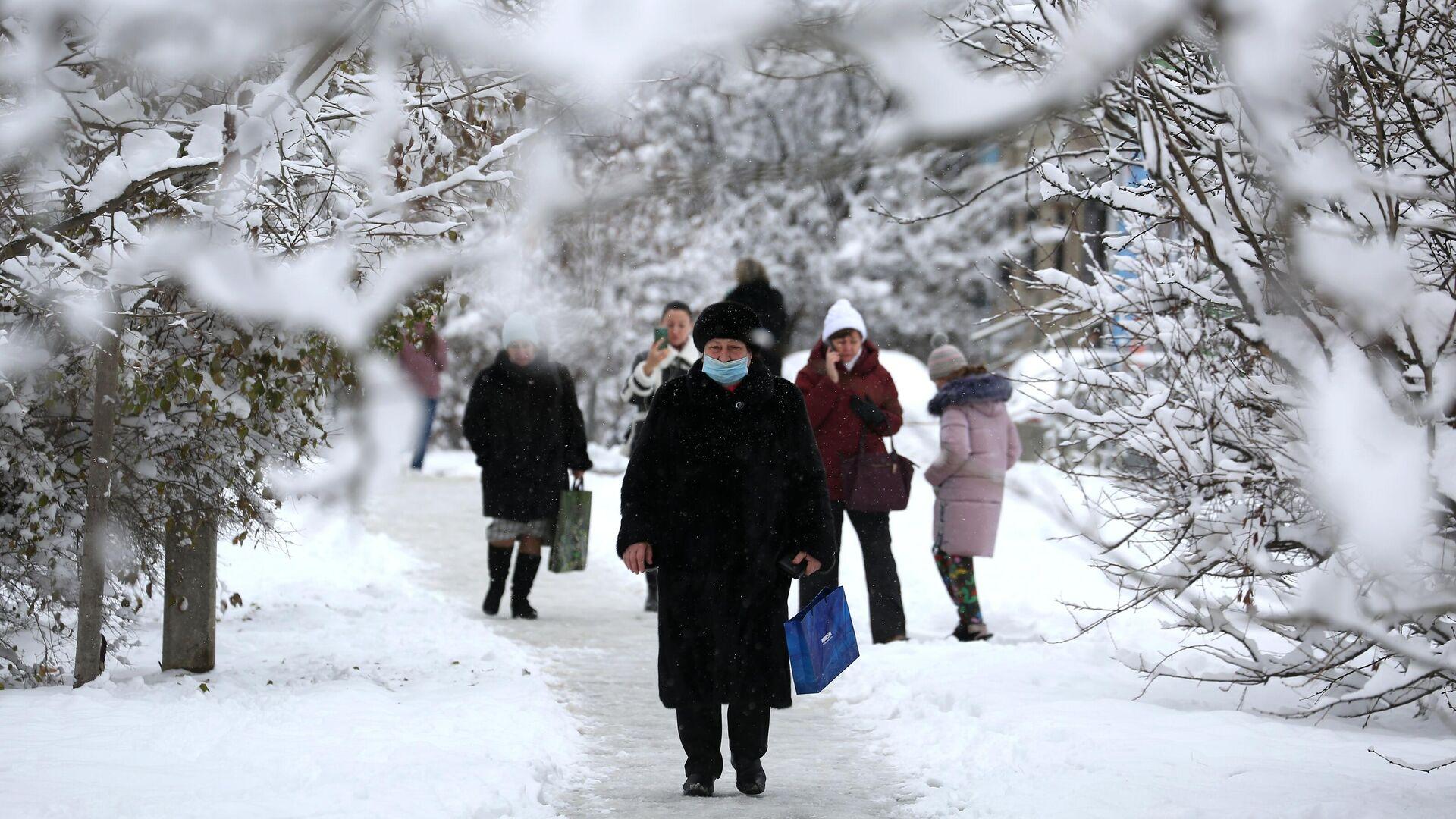 Прохожие на одной из улиц в Краснодаре после снегопада - РИА Новости, 1920, 25.12.2020