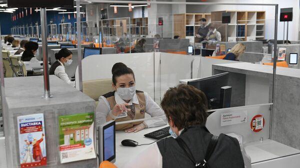 Сотрудники и посетители нового флагманского центра МФЦ в ТЦ Щелковский в Москве