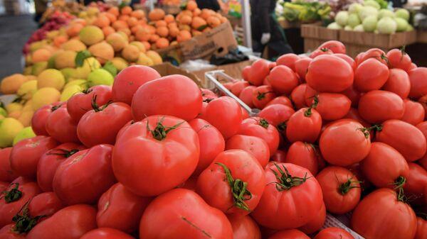 Продажа овощей и фруктов на ярмарке в Баку