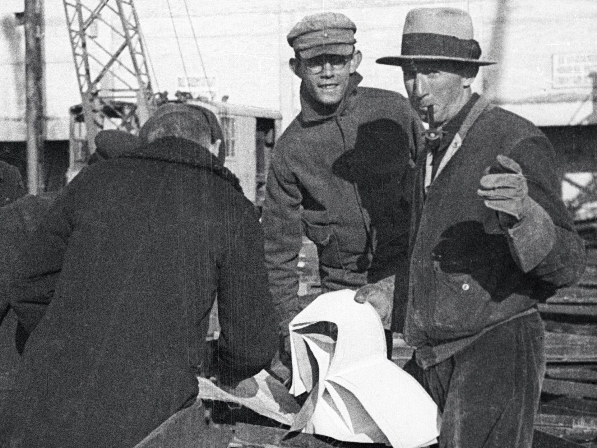 Иностранные специалисты консультируют советских инженеров - РИА Новости, 1920, 21.12.2020