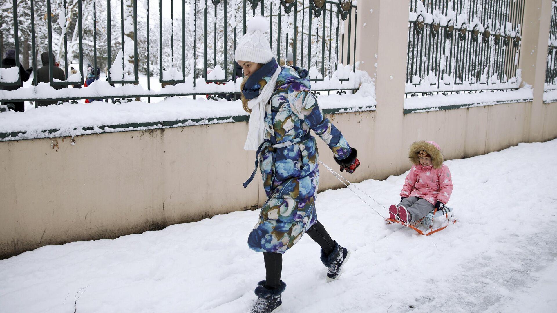 Женщина с ребенком на улице Красных Партизан в Краснодаре после снегопада - РИА Новости, 1920, 08.02.2021
