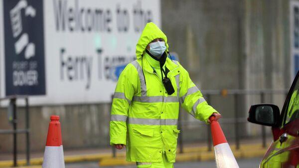 Охранник в защитной маске у входа в паромный терминал в Дувре