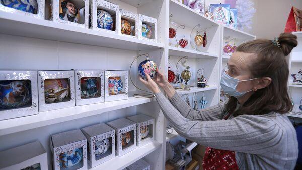 Сотрудница салона-галереи елочных игрушек на ВДНХ в Москве