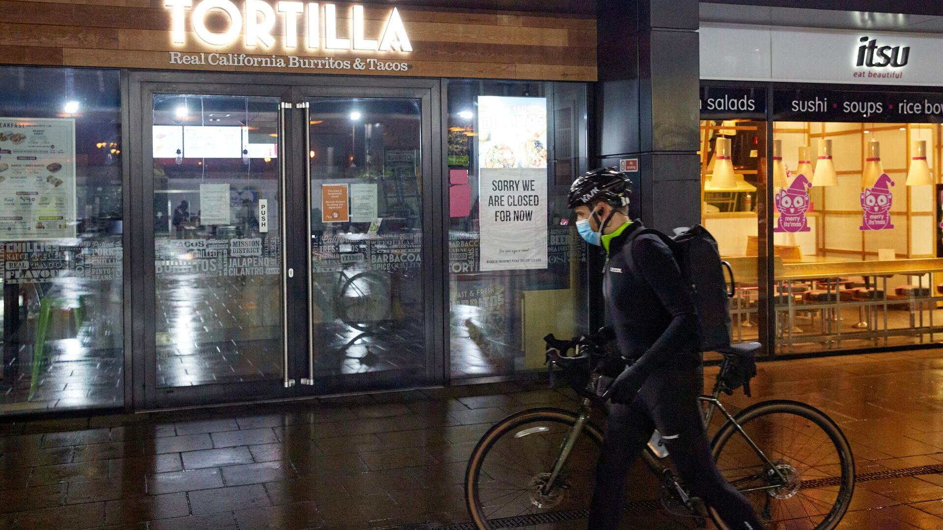 Велосипедист в медицинской маске на одной из опустевших улиц Лондона - РИА Новости, 1920, 17.01.2021