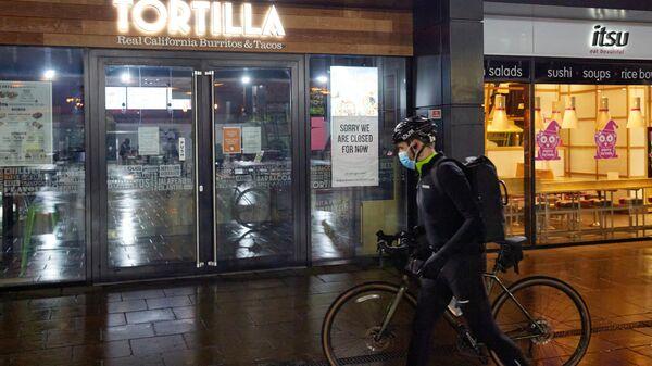 Велосипедист в медицинской маске на одной из опустевших улиц Лондона