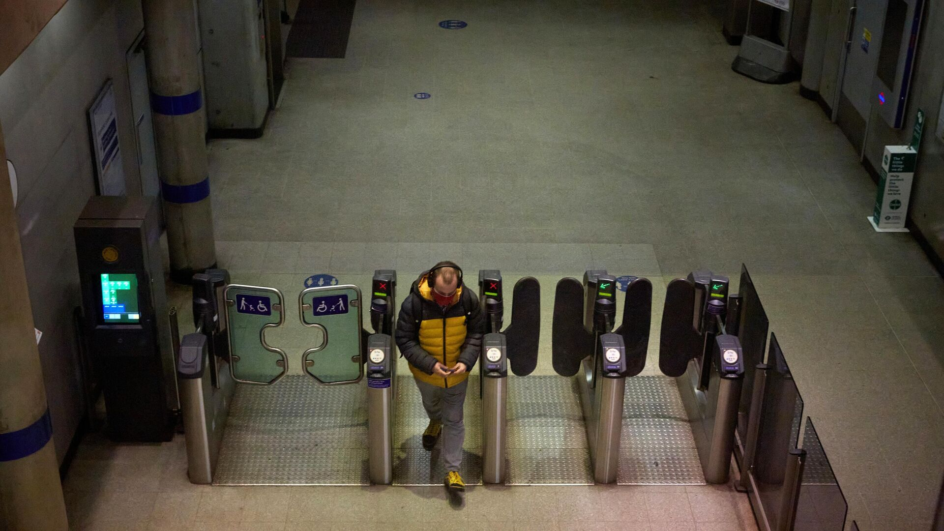 Молодой человек на входе в лондонское метро - РИА Новости, 1920, 22.12.2020