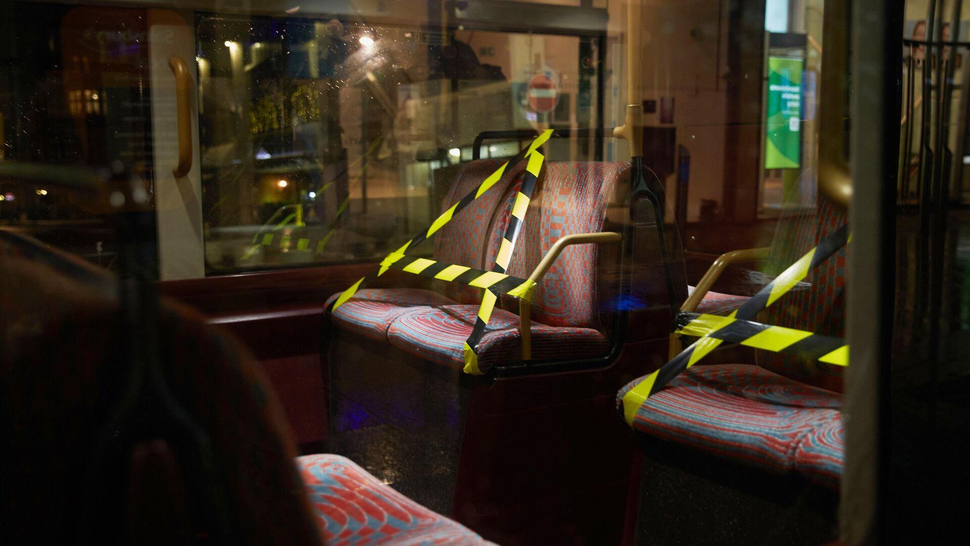 Обмотанные лентой кресла в лондонском автобусе - РИА Новости, 1920, 14.01.2021