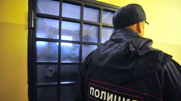 Сотрудник полиции возле изолятора временного содержания