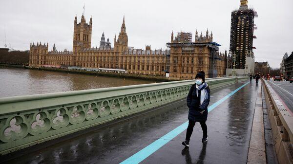 Девушка в защитной маске на Вестминстерском мосту в Лондоне