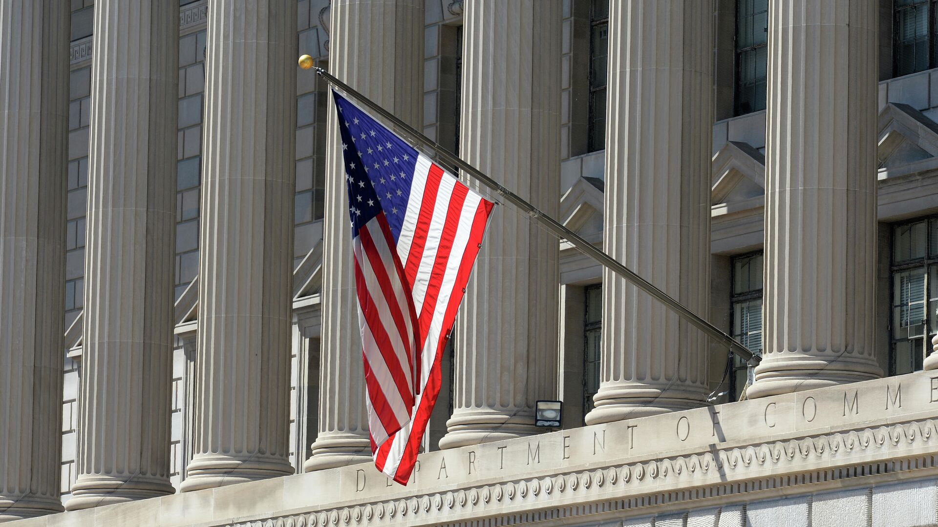 Государственный флаг США на здании министерства торговли в Вашингтоне - РИА Новости, 1920, 30.12.2020