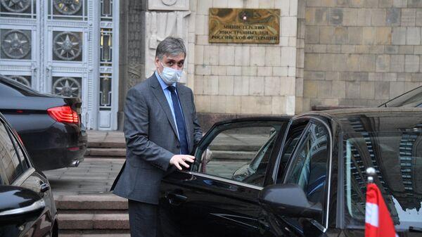 Представитель посольства Австрии в России у здания МИД РФ