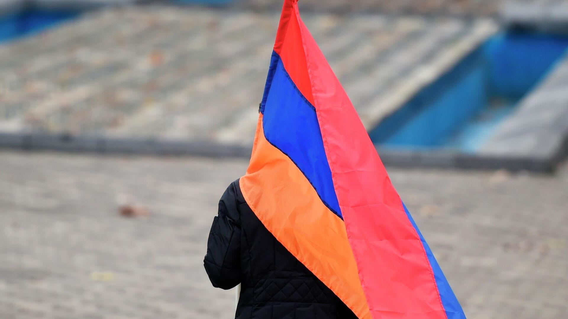 Сторонник оппозиции идет с флагом на митинг на площади Республики в Ереване - РИА Новости, 1920, 22.12.2020