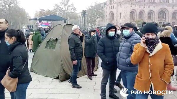 В Ереване протестующие начали ставить палатки у здания правительства