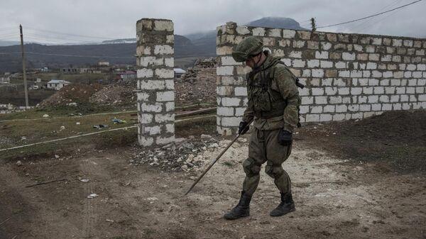 Специалист Международного противоминного центра Минобороны России во время выполнения задач по разминированию местности вблизи Степанакерта в Нагорном Карабахе