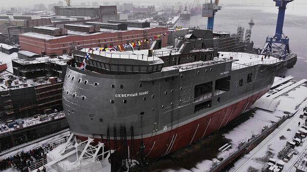 Церемония спуска на воду ледостойкой самодвижущейся платформы Северный полюс