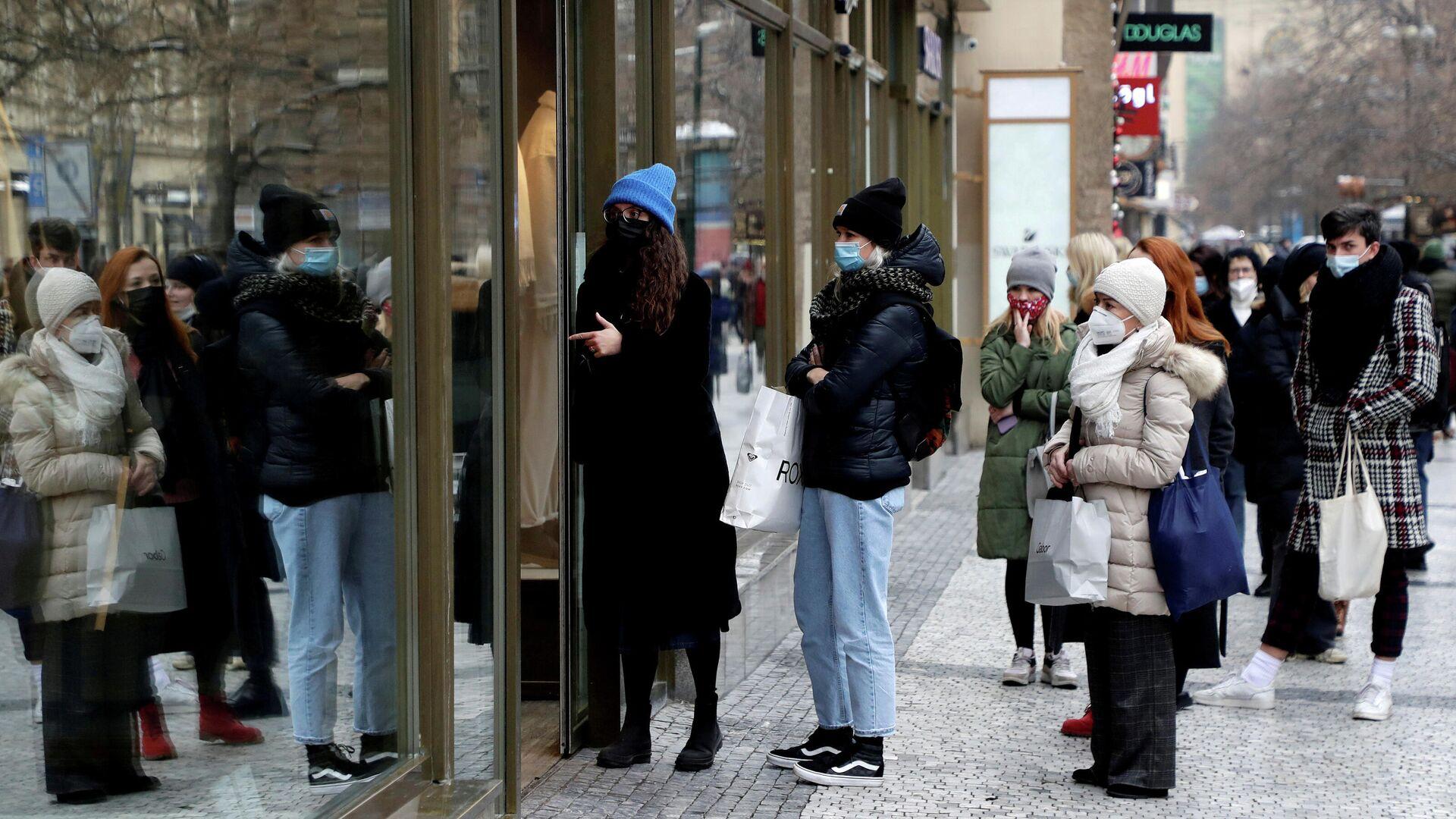 Покупатели в очереди перед магазином в Праге - РИА Новости, 1920, 31.12.2020