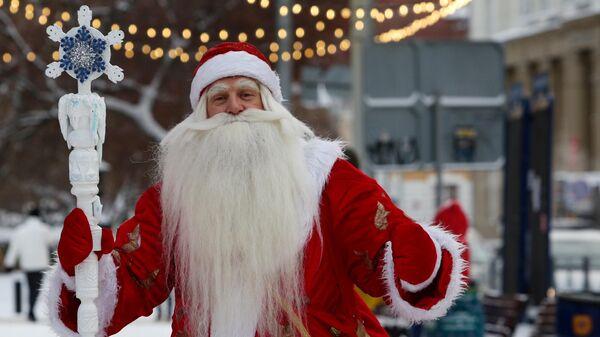 Дед Мороз на одной из улиц в Новосибирске