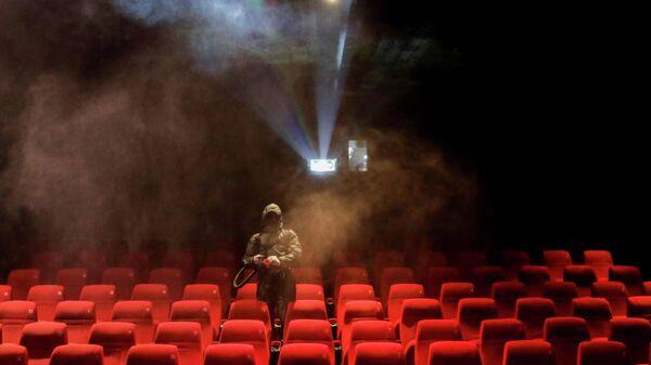 Дезинфекция в кинотеатре в Катманду, Непал