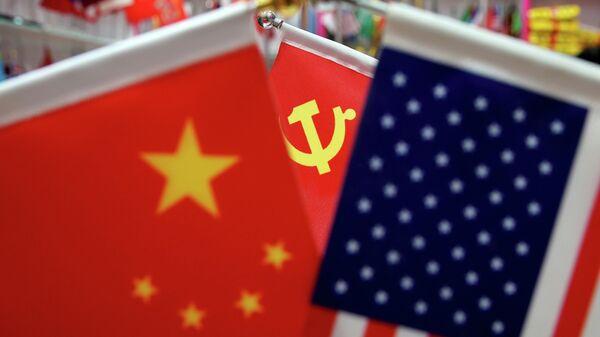 Флаги Китая, США и Коммунистической партии Китая на оптовом рынке в провинции Чжэцзян в Китае