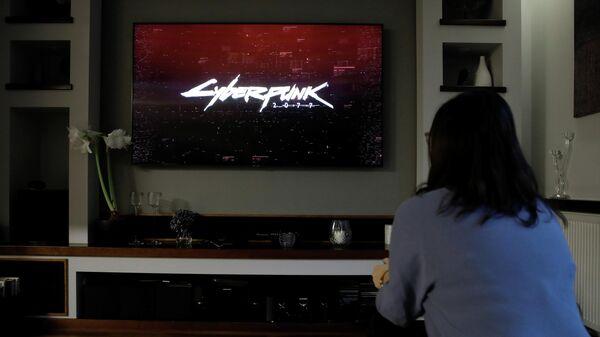 Девушка загружает игру Cyberpunk 2077