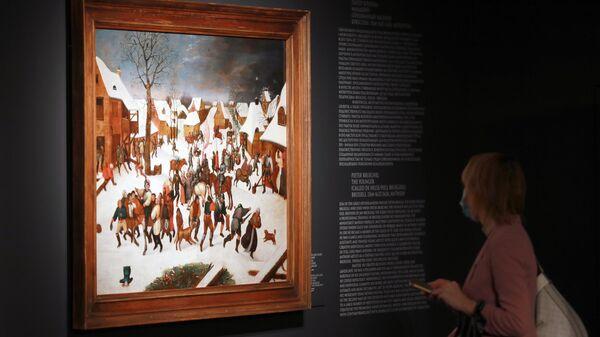 Посетительница на выставке Младшие Брейгели и их эпоха. Нидерландская живопись золотого века из коллекции Валерии и Константина Мауергауз в музее Новый Иерусалим.