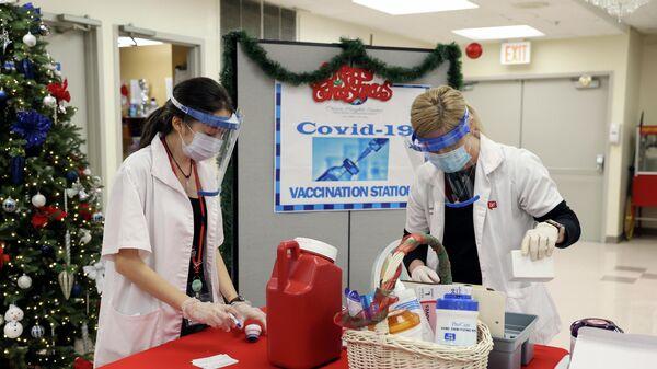 Вакцинация вакциной компании Pfizer-BioNTech от коронавируса COVID-19 в Нью-Йорке