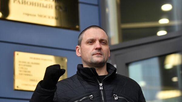 Координатор Левого фронта Сергей Удальцов перед зданием Тверского районного суда Москвы