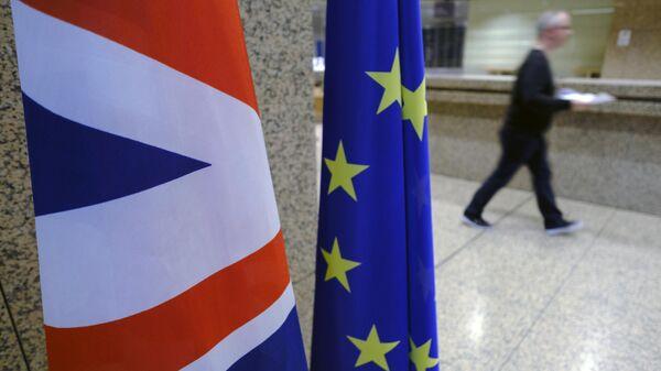 Флаги Великобритании и Евросоюза в здании Европарламента в Брюсселе