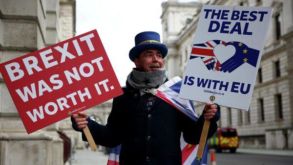 Участник акции протеста против Brexit перед Министерством иностранных дел в Лондоне